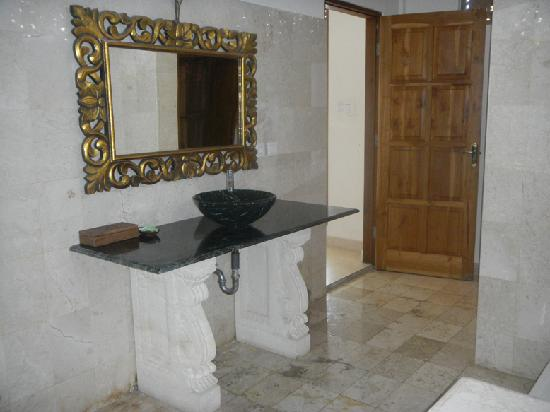 Permana Cottages: Bathroom