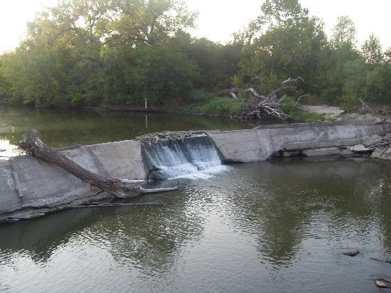 Millstream Resort Motel: waterfall behind motel