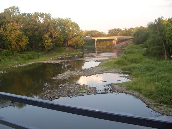 Cottonwood Falls, KS: river behind motel