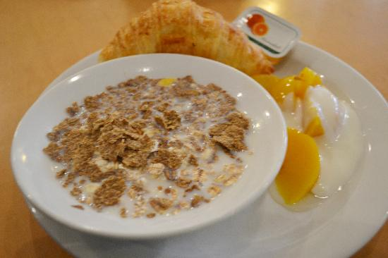 Feltham, UK: The included continental breakfast was very good, and a hot bkfst was also offered.