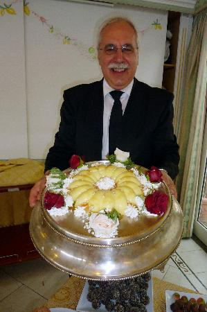 Hotel Villa degli Angeli: The friendly head waiter with one of the gorgeous desserts