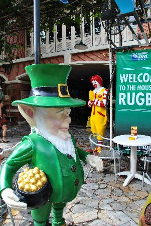 "โรงแรมบัดดี้ ลอดจ์: At Buddy Lodge.  Nothing says ""Thailand"" better than a leprechaun and Ronald McDonald....?!?!"