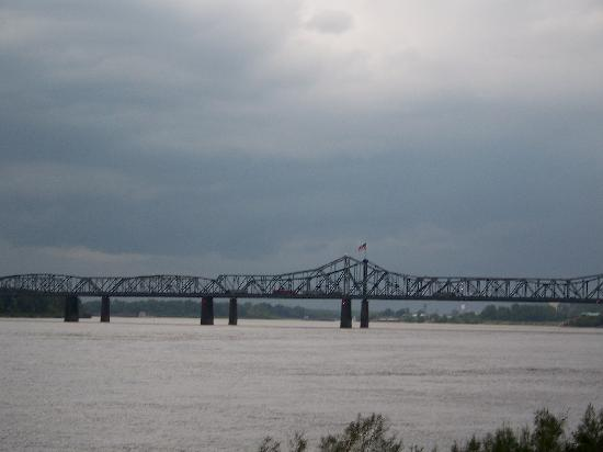 Riverwalk Casino Hotel: View of Mississippi River Bridge from Riverwalk