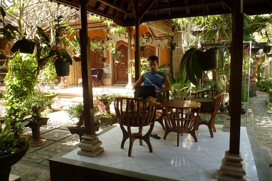 Hotel Jati & Home Stay: The central garden of Jati, from where I wrote this review.