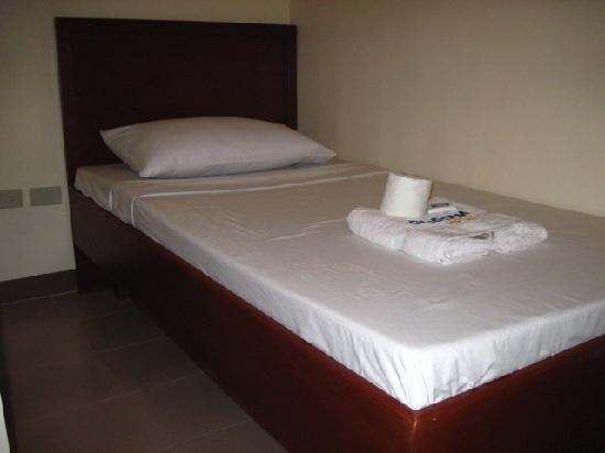 Blue Velvet Hotel: bed