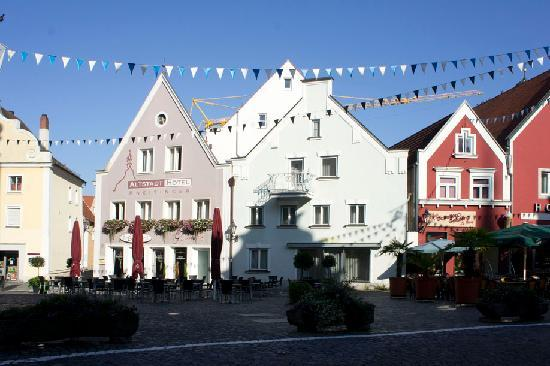 Altstadthotel Kneitinger: La facciata che si apre sulla piazza di Abensberg