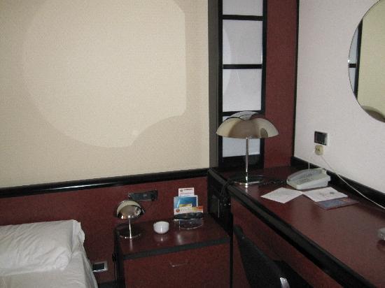 Hotel Granduca: il comodino con le lampade effetto bistecchiera: provate a toccarla dopo che è stata accesa diec