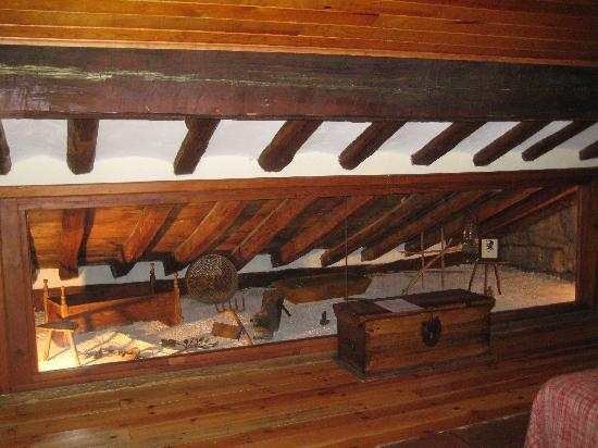 """Real Posada de la Mesta: Our room with the small """"museum""""in form of the beds"""