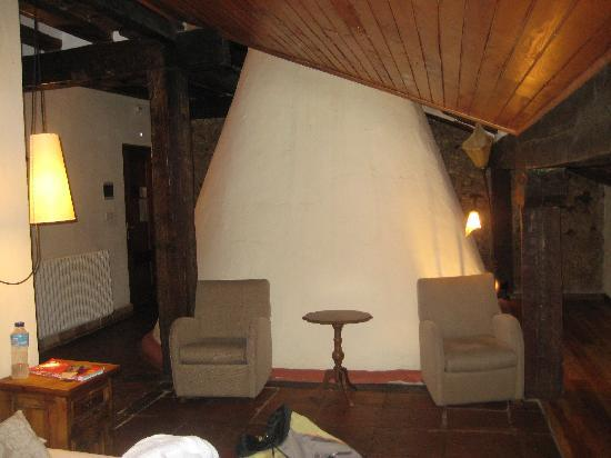 Molinos de Duero, Spanien: Our room and the big chimney of the house