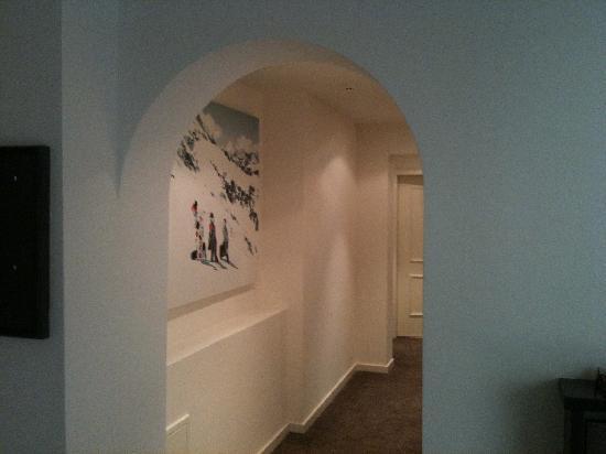 Q! Hotel Maria Theresia: Flur in Suite