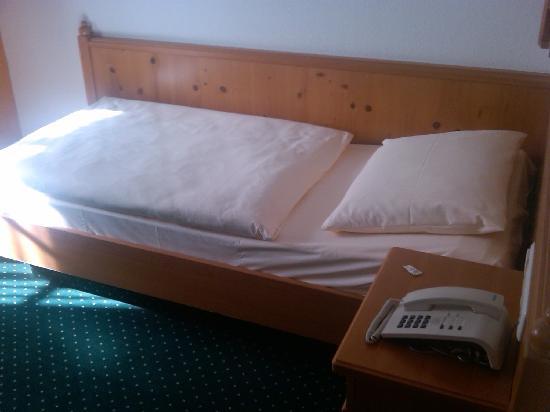 Hotel Lay-Haus: Bett im Einzelzimmer