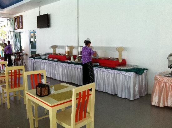 Chaweng Budget Hotel: Buffet desayuno