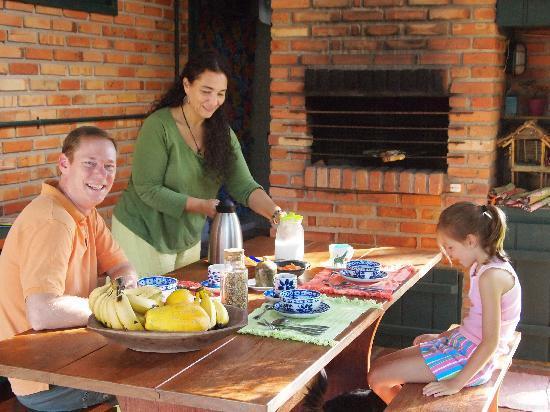 Janela de Marcia Bed and Breakfast: A lovely breakfast outside in good weather!