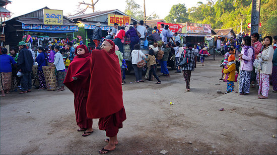 Kin Pun, Myanmar: poeple attack the truck