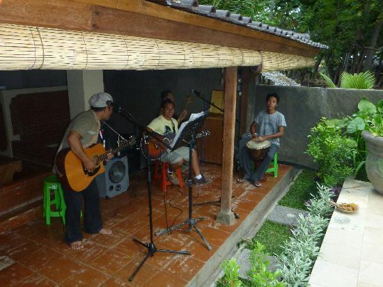 Lovina Beach Houses: Reggae Band on the front veranda of Seahorse House