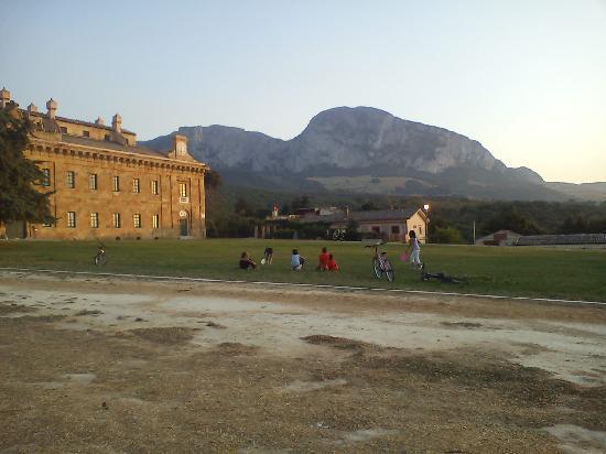 Agriturismo Busambra: Il Palazzo Reale sullo sfondo Rocca Busambra