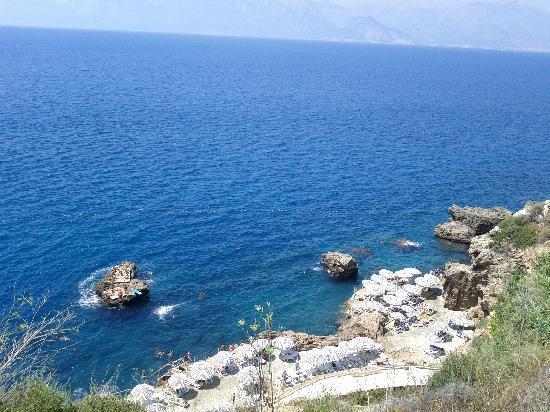 The Marmara Antalya: La spiaggia vista dal giardino