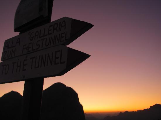 Sonnenaufgang am Einstieg zum Klettersteig unterm Rifugio Lagazuoi