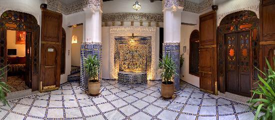 Riad Adarissa: Le patio et sa fontaine