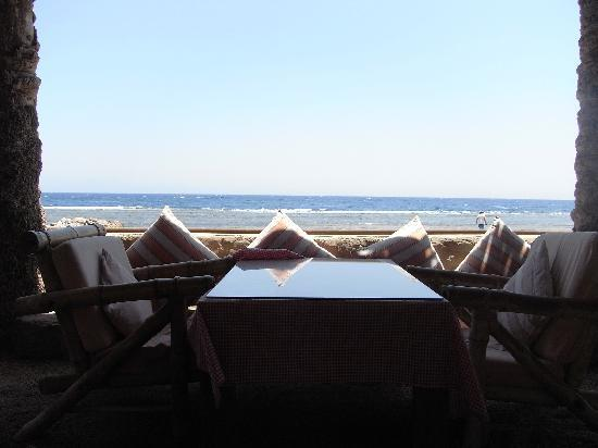 Coral Coast Hotel: lunch on the beach