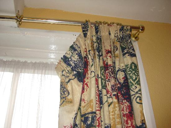 Chester Bridge Hotel: Curtains hanging off the rail