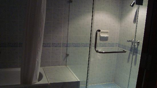 Royal Benja Hotel: bathroom