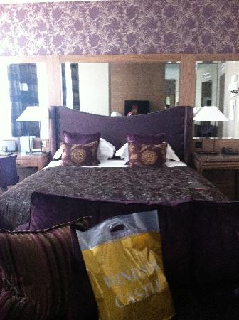 Macdonald Windsor Hotel: Bed in executive suite