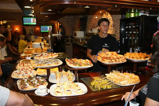 Getaria, Spain: many fantastic tapas in the