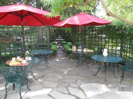 The Rogers Harrison House: Pretty garden terrace where breakfast is served