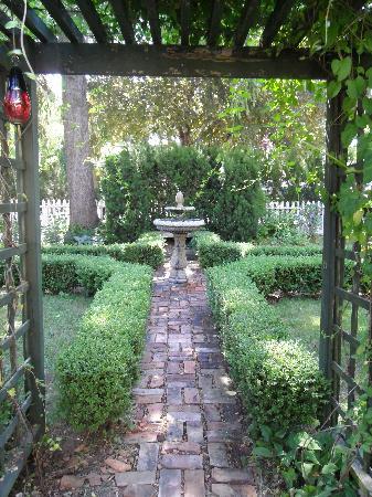 The Rogers Harrison House: Pretty garden