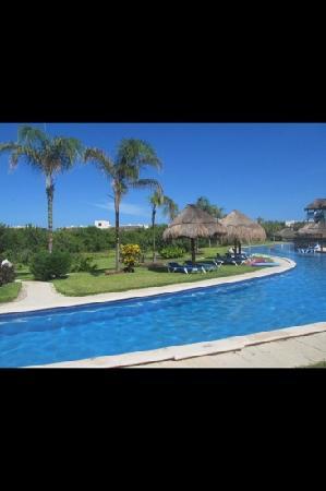 Valentin Imperial Riviera Maya: golden swim up pool.. nice and quiet!