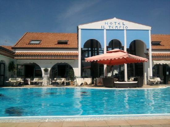 Hotel Il Tempio: piscina e lettini hotel