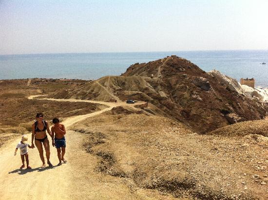 Riserva Naturale di Punta Bianca: Peasaggio lunare con stada per arrivarci
