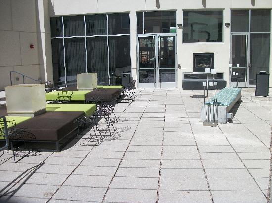 Aloft Milwaukee Downtown: Daytime in the courtyard
