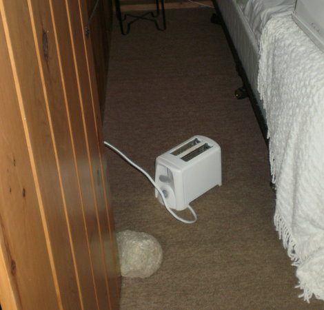Lakeview House & Cottages : Using toaster and keeping door from slamming closed sue to slant.