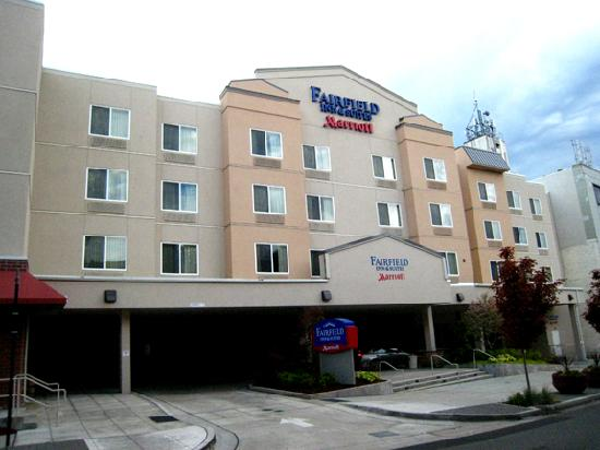 Fairfield Inn & Suites Seattle Bremerton: Front of hotel from street