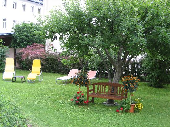 Hotel Garni Pension Hubertus: Pension Hubertus - a very nice garden to sit in and relax