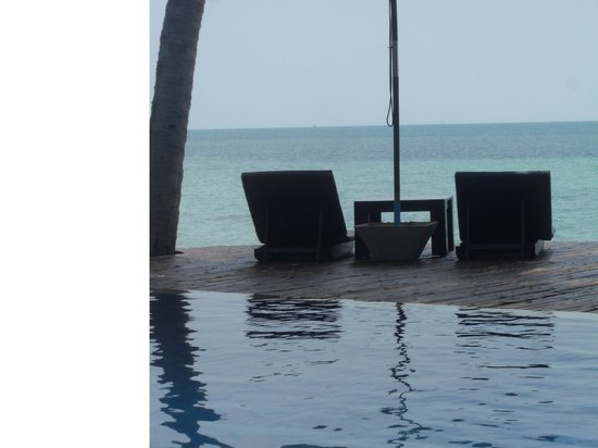B 52 Beach Resort: Ocean view from pool