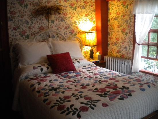 Waldo Emerson Inn: The Red Room