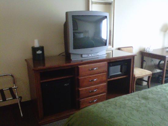 Country Inn & Suites By Carlson, Marquette: tv/micro/fridge