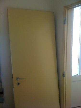 Low Cost Inn Faro: bathroom door off its hinges.