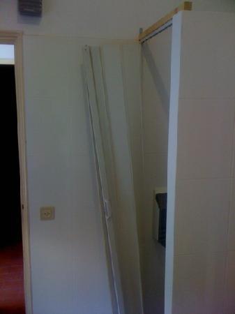 Low Cost Inn Faro: toilet door, broken