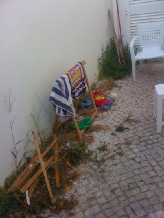 Low Cost Inn Faro: dirty outside area