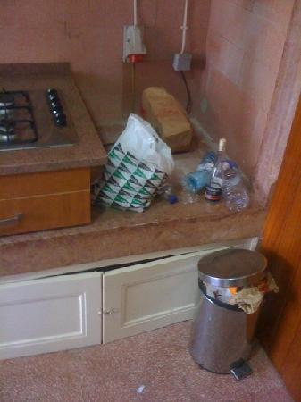 Low Cost Inn Faro: rubbish in the kitchen