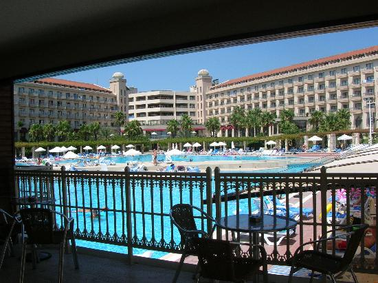 Kaya Belek Hotel: View from pool bar to hotel