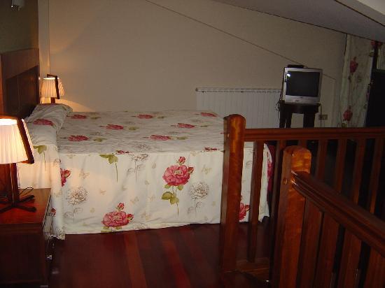 Hotel Atalaia : Cama matrimonial en la segunda planta de la suite.