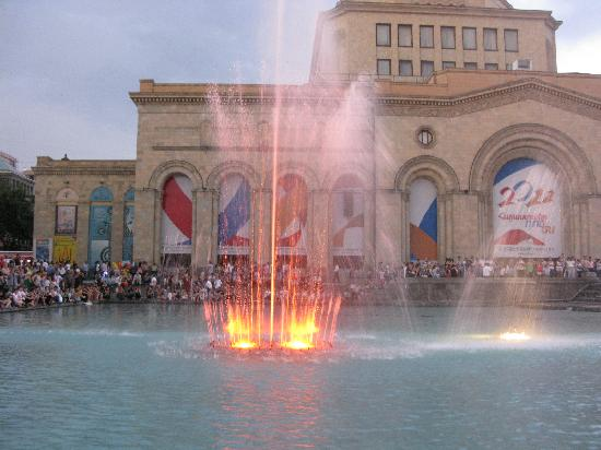Republic Square : Light and music at noon