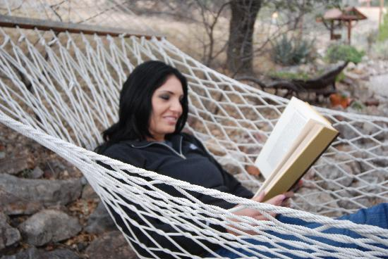 School House Inn Bed & Breakfast: Relaxing with a good book in the outdoor hammock