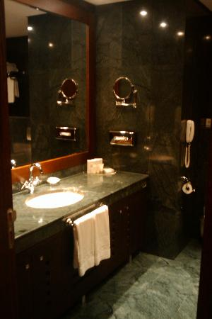 Grand Hotel Sofia: Green marble bathroom