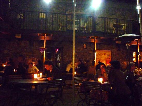 โรงแรมเคปเฮอริเทจ: courtyard at night